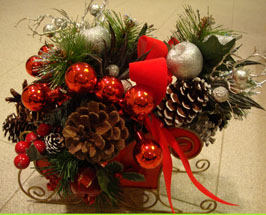 Easy Christmas Centerpiece with pinecones and bows