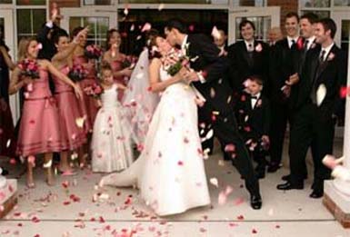 Wedding photo ideas with confetti