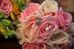 Cinderella wedding ideas with the bridal bouquet and jewelery