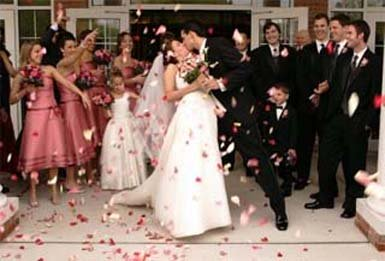 Wedding photo ideas with confetti